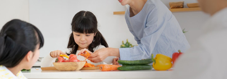 家族で料理イメージ写真